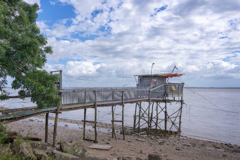 Vecchia cabina di legno del pescatore sull'estuario di Gironda, Francia immagine stock libera da diritti