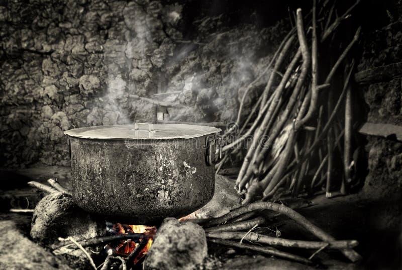 Vecchia caldaia che si siede sul fuoco caldo fotografia stock libera da diritti