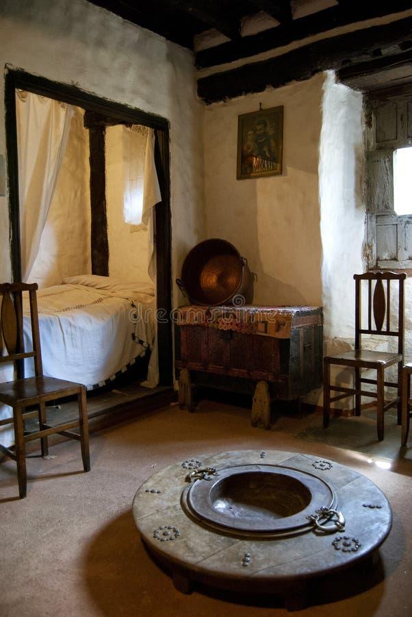 Vecchia camera da letto rustica della casa fotografie stock libere da diritti