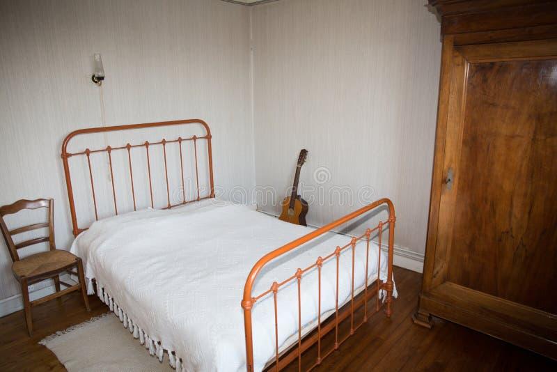 Vecchia camera da letto in una casa di campagna in francia for Camera padronale di campagna francese