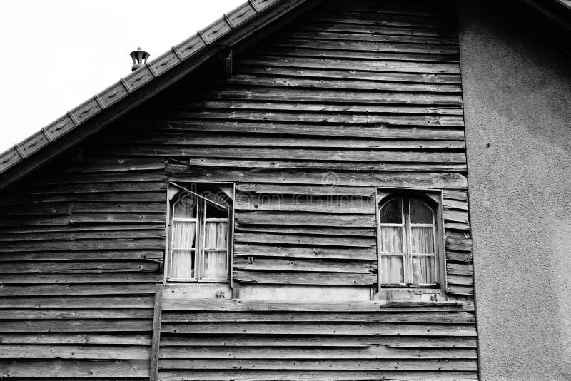 Vecchia Camera di legno europea rustica fuori immagine stock