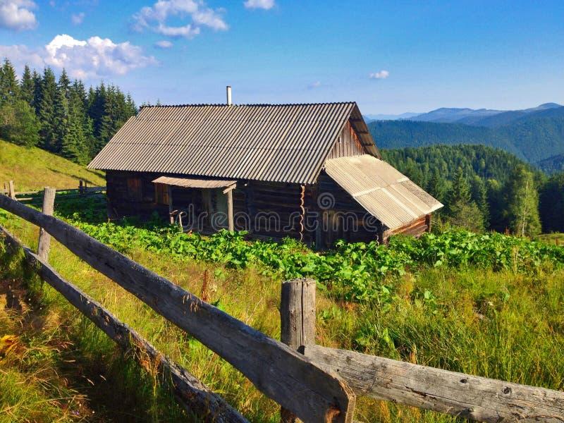 Vecchia Camera nelle montagne fotografie stock libere da diritti