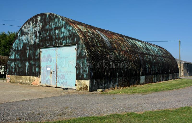 Vecchia capanna di Nissen dell'abbandonato Opzione alternativa di stile di vita immagine stock libera da diritti