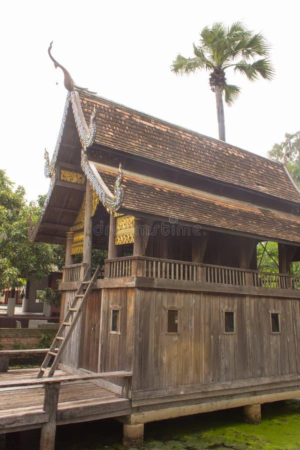 vecchia cappella di legno tailandese nello stile di lanna del tempio immagine stock