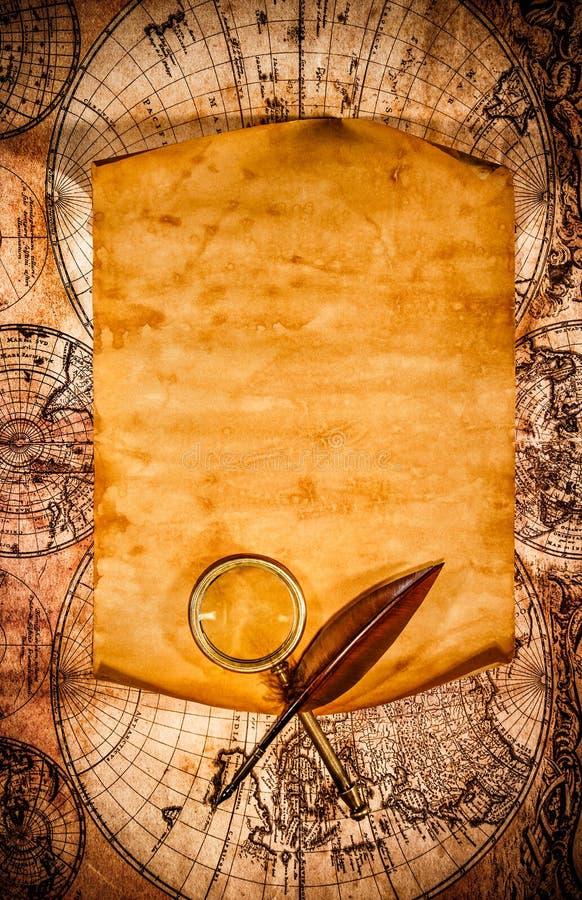 Vecchia carta in bianco contro lo sfondo di una mappa antica immagine stock libera da diritti