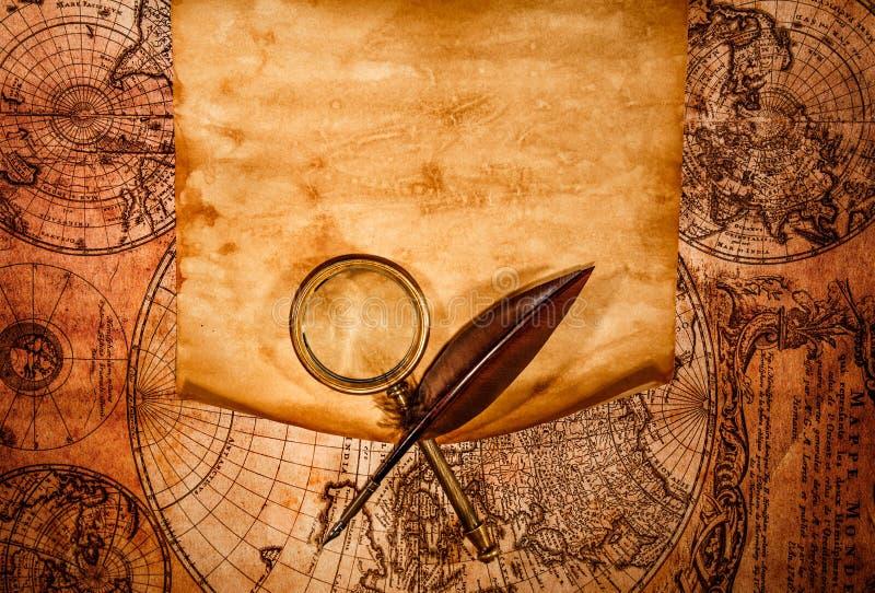 Vecchia carta in bianco contro lo sfondo di una mappa antica fotografie stock