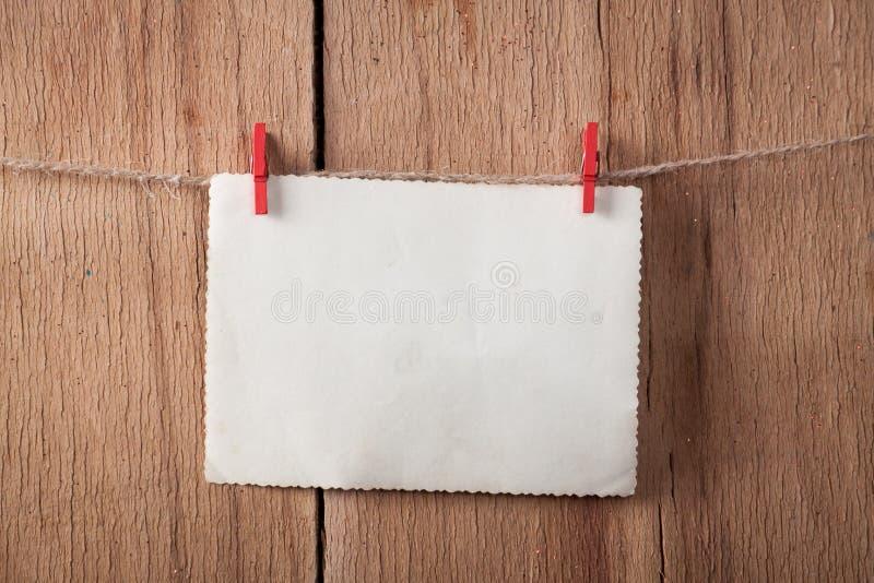 Vecchia carta sulla corda su fondo di legno immagine stock libera da diritti