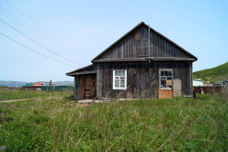 Vecchia, casa abbandonata del villaggio Isola Reineke, Vladivostok immagine stock