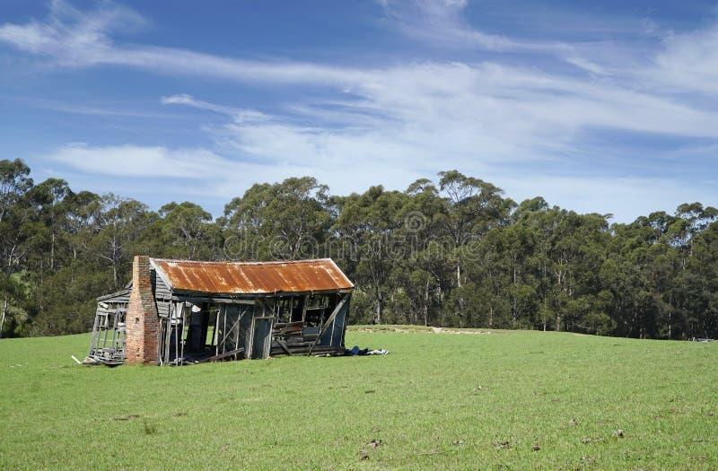 vecchia casa abbandonata dell'azienda agricola del legname abbandonata nella campagna fotografia stock