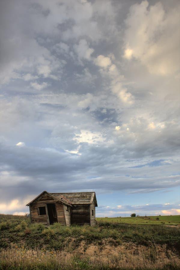 Vecchia casa abbandonata dell'azienda agricola sulla prateria del Colorado fotografie stock libere da diritti
