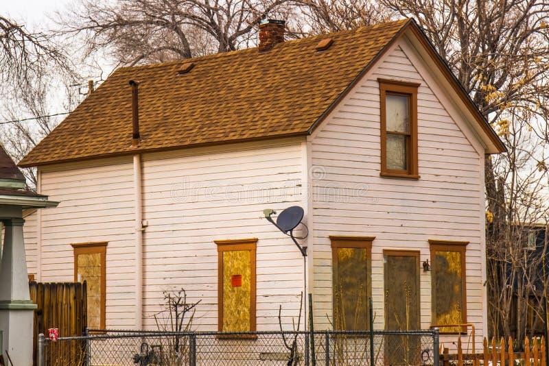 Vecchia casa abbandonata senza il segno di Trepassing immagine stock libera da diritti