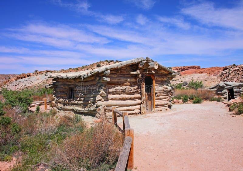 Vecchia casa ad un piano di legno del ranch fotografia for Aggiungendo un portico ad un ranch