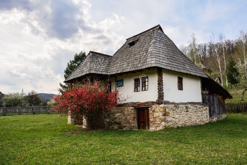 Vecchia casa agricola rumena, museo del villaggio, Valcea, Romania immagini stock libere da diritti