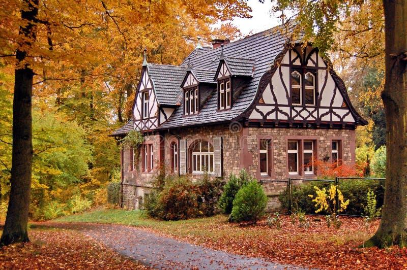 Vecchia casa in autunno fotografia stock libera da diritti