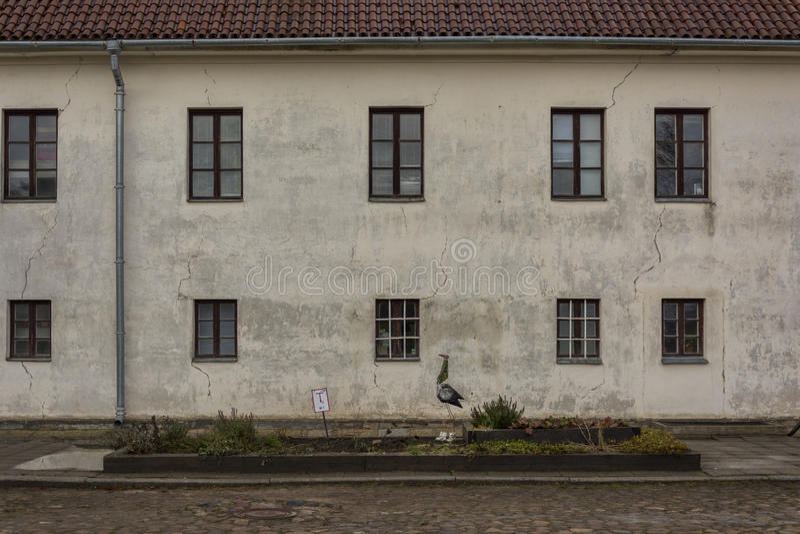 Vecchia casa bianca con le finestre fotografie stock libere da diritti