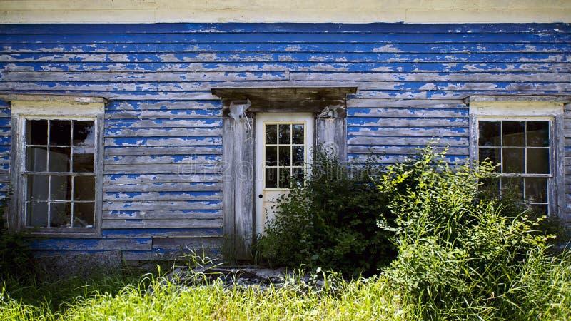 Vecchia casa blu fotografia stock