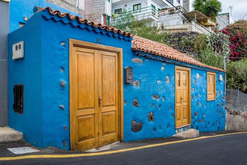Vecchia casa blu luminosa al villaggio dell'isola di Tenerife fotografia stock libera da diritti