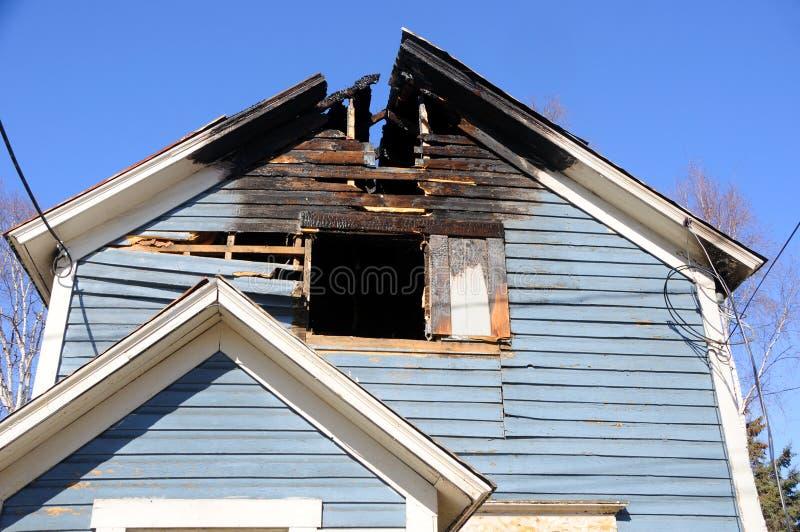 Vecchia casa bruciata immagine stock