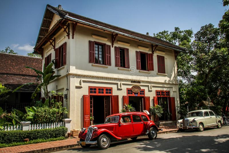 Vecchia casa coloniale con le automobili francesi classiche, Luang Prabang, provincia di Luang Prabang, Laos, fotografie stock