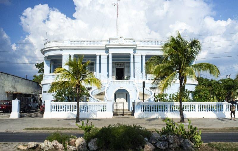 Vecchia casa coloniale variopinta nel centro di cienfuegos for Casa coloniale francese
