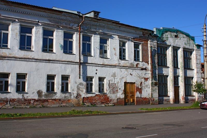 Vecchia casa con mattoni a vista di rosso di due storie immagine stock libera da diritti