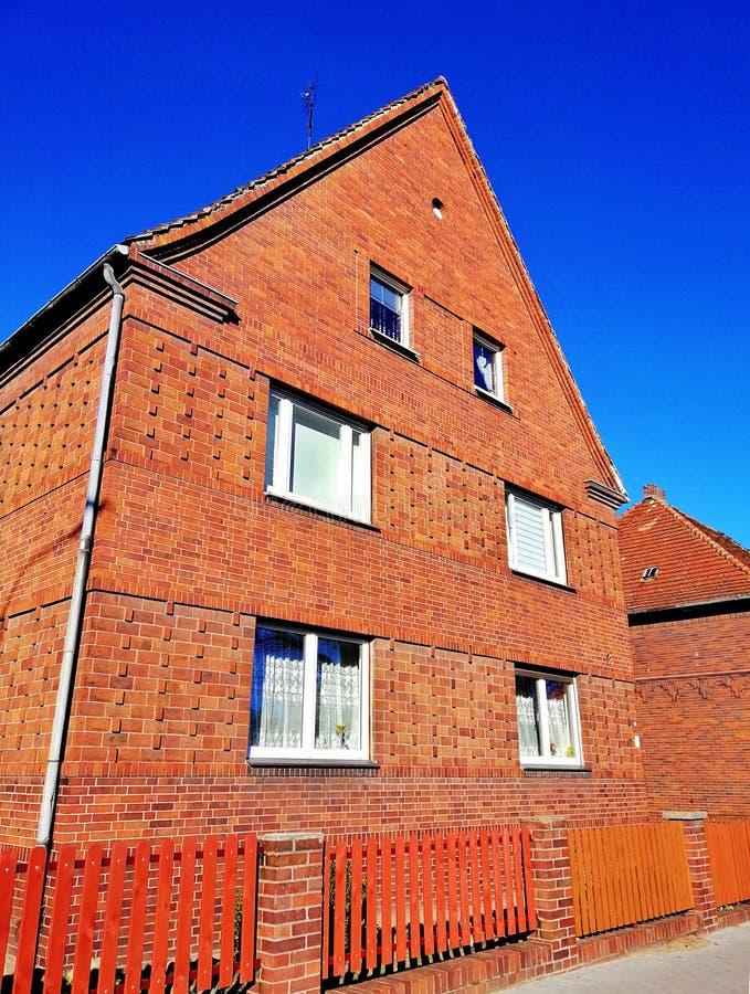 Vecchia casa con mattoni a vista in Polonia fotografia stock libera da diritti