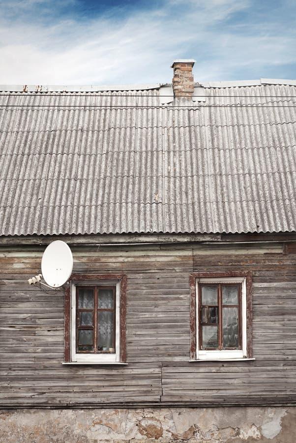Vecchia casa con un tetto e un camino piastrellati, drammatici fotografie stock libere da diritti