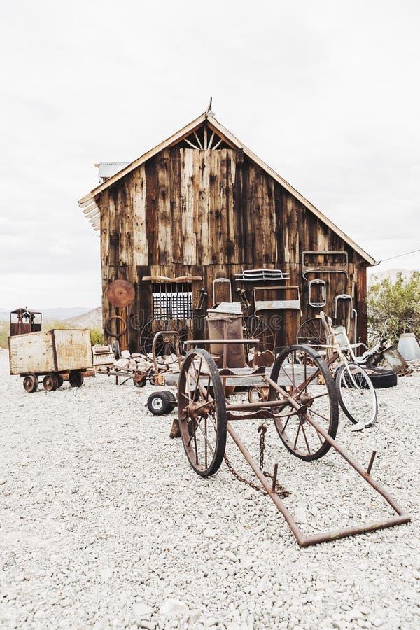 Vecchia casa d'annata dei minatori abbandonata nel deserto fotografie stock libere da diritti