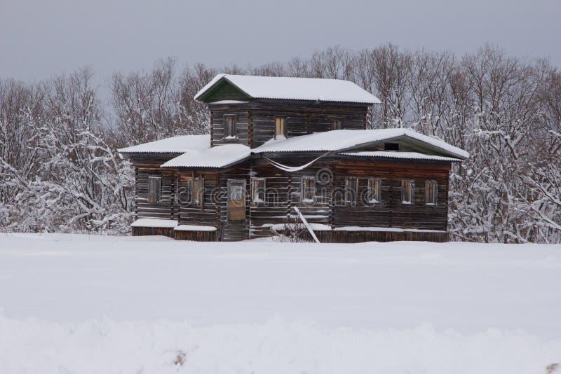 Vecchia casa del nord e sola russa fotografia stock