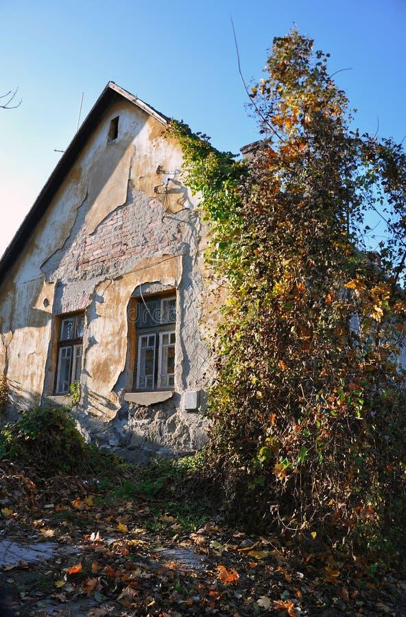 Vecchia casa del villaggio fotografia stock libera da diritti