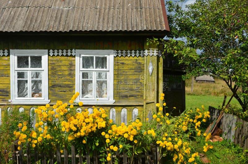Vecchia casa del villaggio al tempo soleggiato fotografia stock libera da diritti