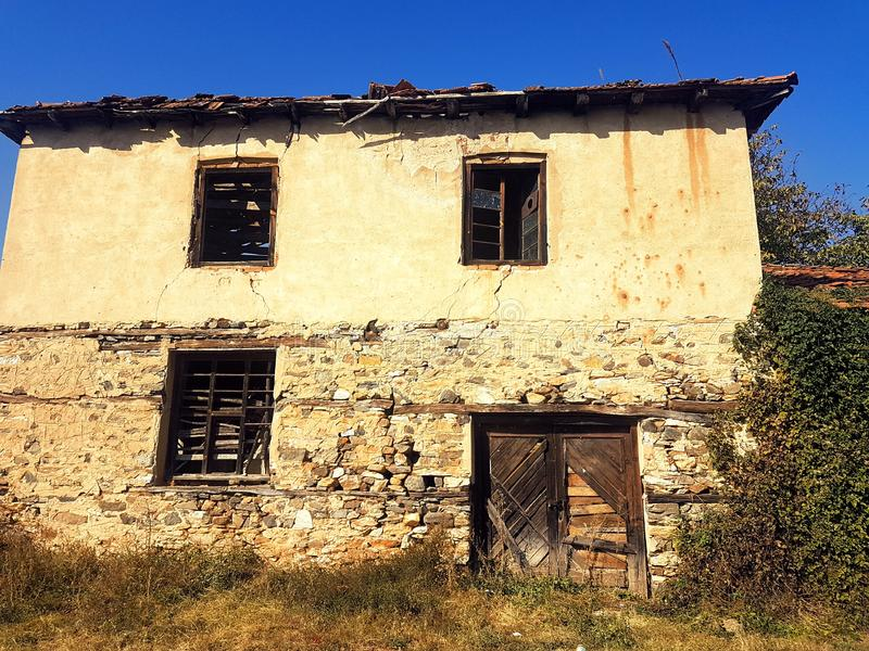 Vecchia casa del villaggio fotografie stock
