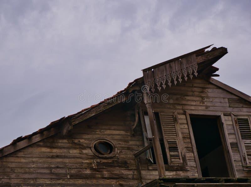 Vecchia casa di legno abbandonata con il balcone mancante immagini stock libere da diritti