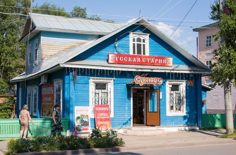 Vecchia casa di legno in città del nord Negozio con i ricordi russi fotografie stock
