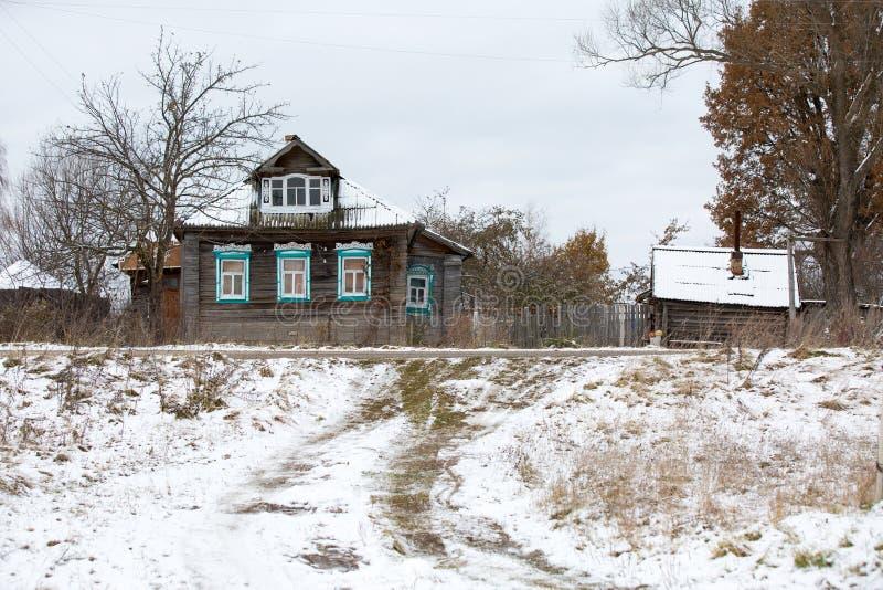 Vecchia casa di legno di willage sotto neve fotografie stock
