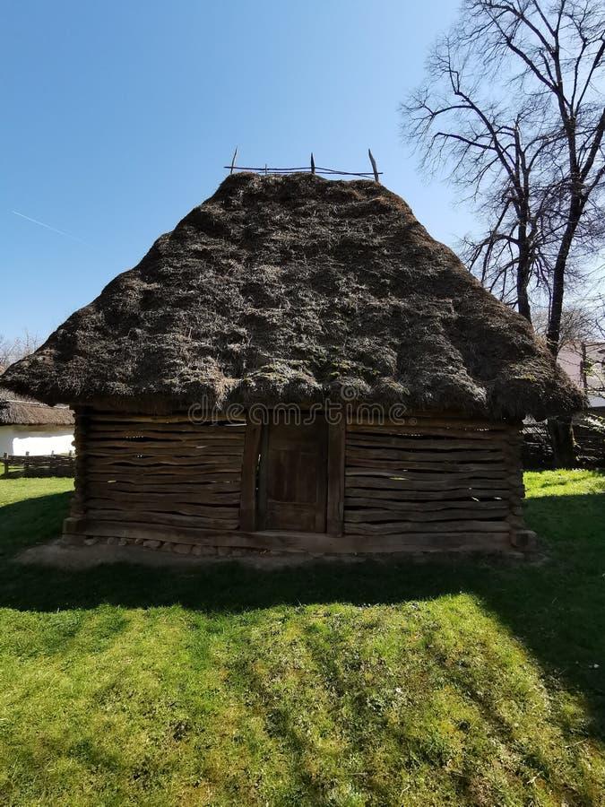 Vecchia casa di legno e tetto a lamella immagini stock libere da diritti