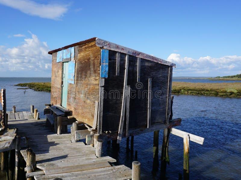 Vecchia casa di legno in fiume fotografia stock libera da diritti
