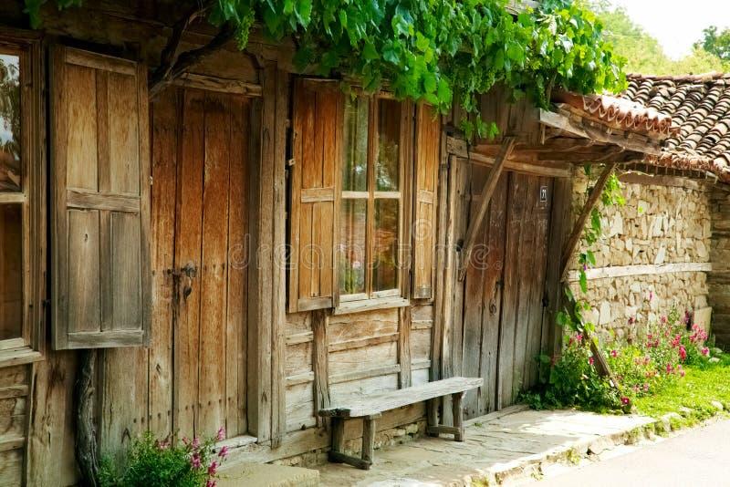 Vecchia casa di legno in Jeravna, Bulgaria fotografia stock libera da diritti