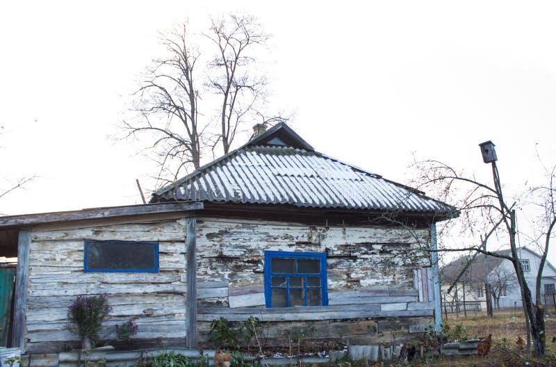 Vecchia casa di legno nel villaggio fotografia stock