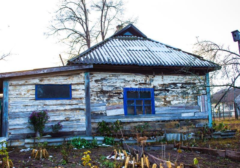 Vecchia casa di legno nel villaggio fotografie stock libere da diritti