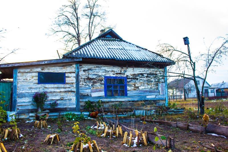 Vecchia casa di legno nel villaggio fotografie stock
