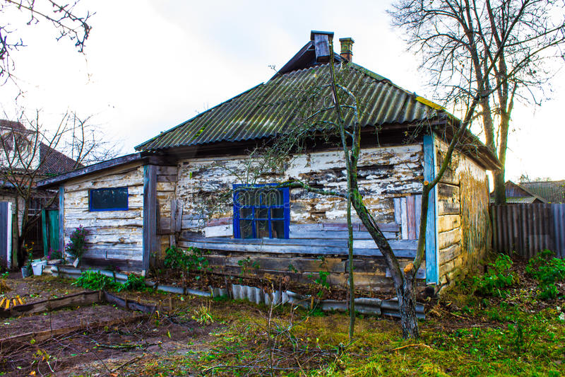 Vecchia casa di legno nel villaggio immagini stock libere da diritti
