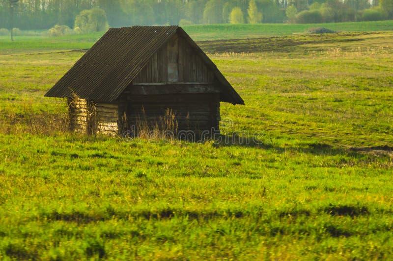 Vecchia casa di legno nella campagna E immagine stock libera da diritti