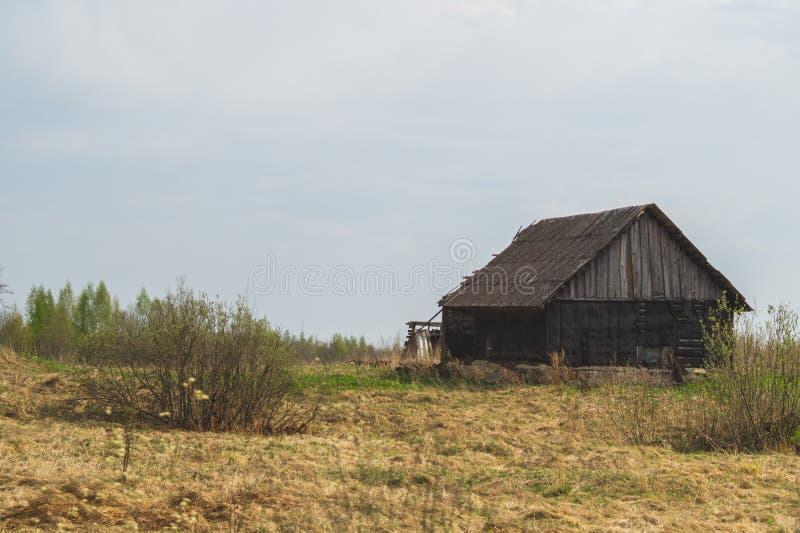 Vecchia casa di legno nella campagna la casa sta sola nel campo fotografia stock libera da diritti