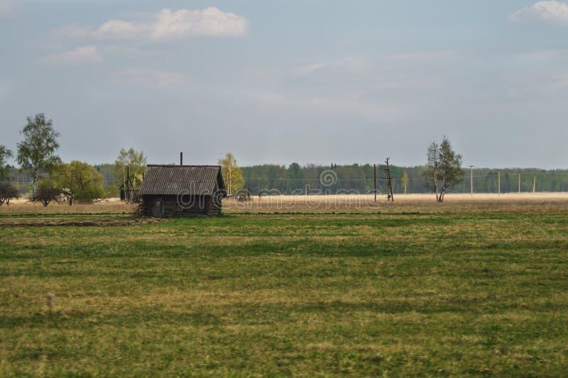 Vecchia casa di legno nella campagna la casa sta sola nel campo immagine stock libera da diritti