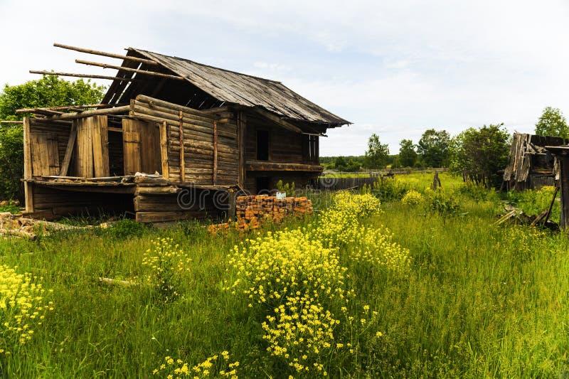 Vecchia casa di legno non finita in villaggio fotografia stock