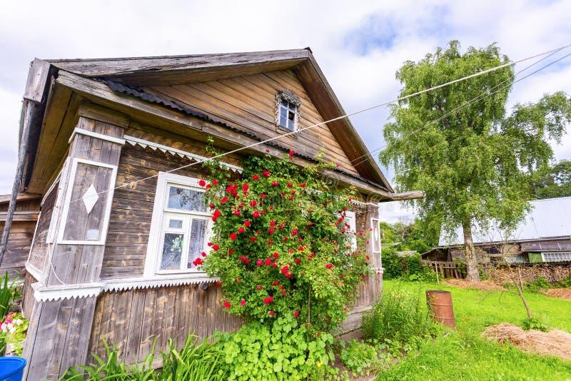 Vecchia casa di legno rurale in villaggio russo nel giorno soleggiato di estate n fotografia stock
