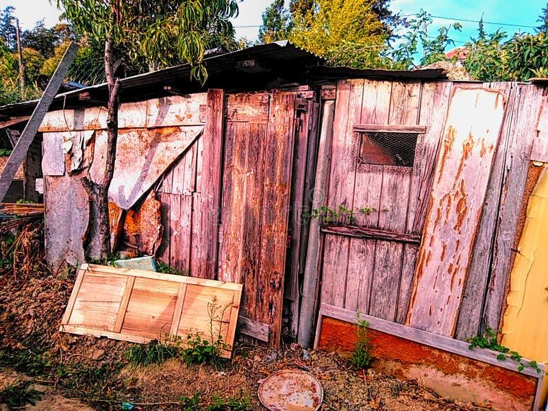 Vecchia casa di legno terrificante abbandonata immagine stock
