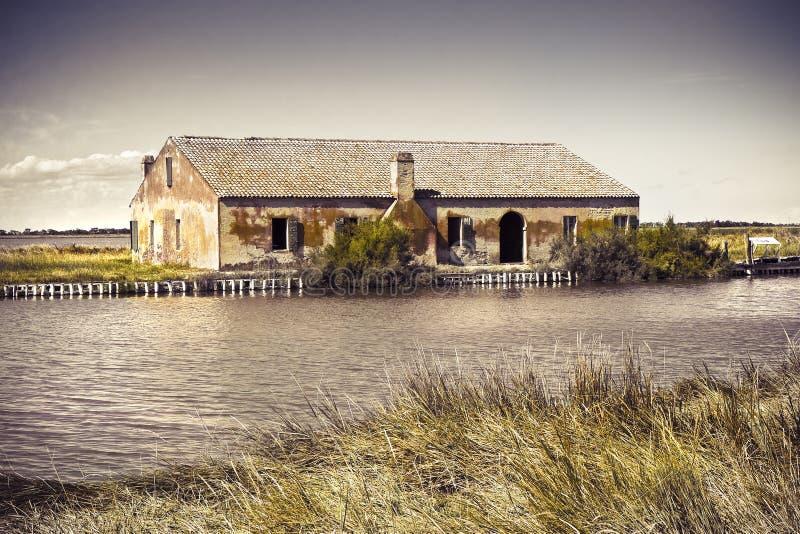 Vecchia casa di pesca nelle valli Ferrara, Italia del ` s di Comacchio fotografia stock libera da diritti