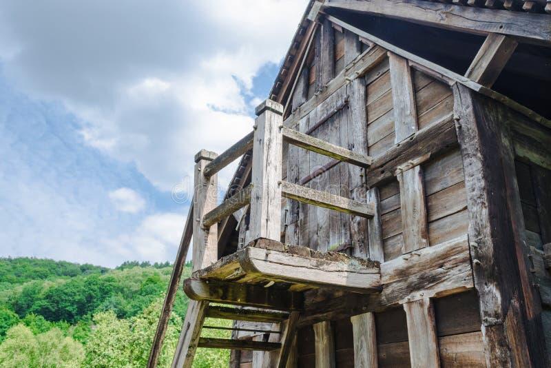 Vecchia casa di pietra capanna della montagna nelle alpi for Planimetrie della casa di montagna